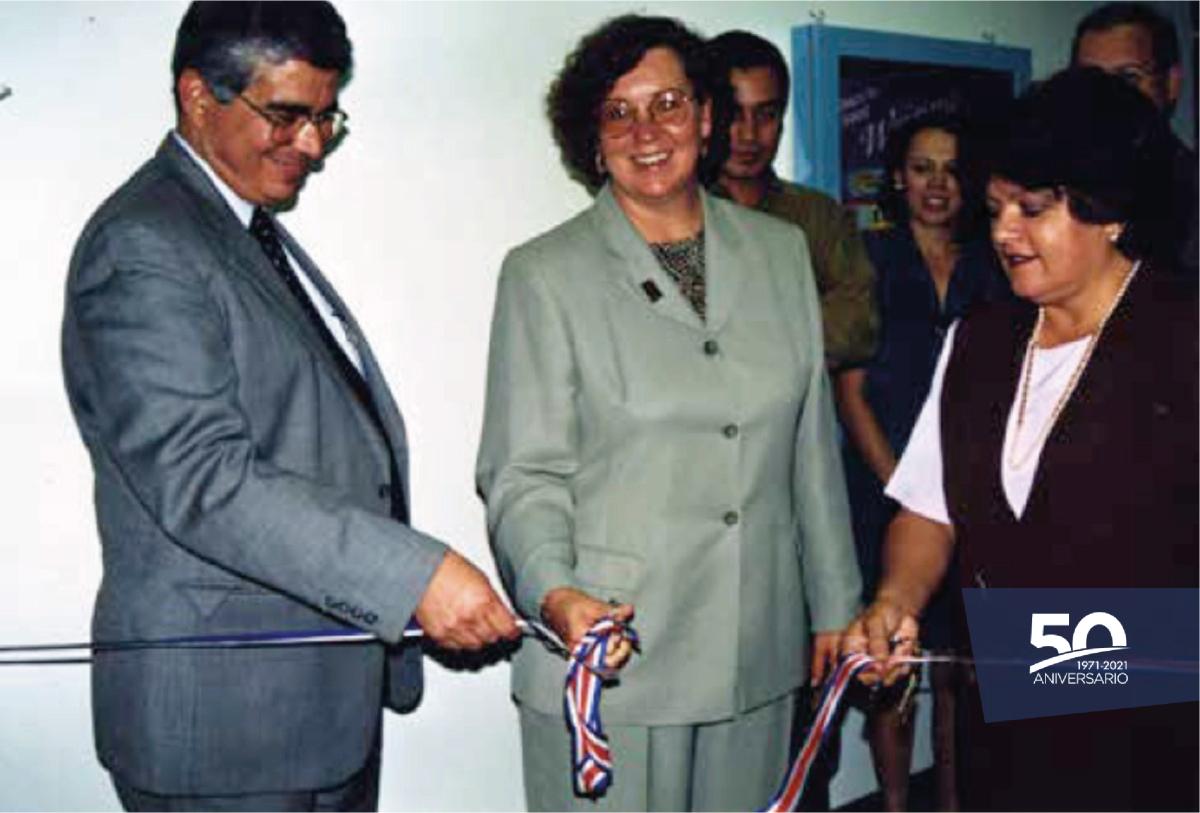 En la imagen el Ing. Alejandro Cruz Molina y Mary Helen Bialas cortan la cinta inaugural de Intel.