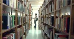 Mujer en la biblioteca