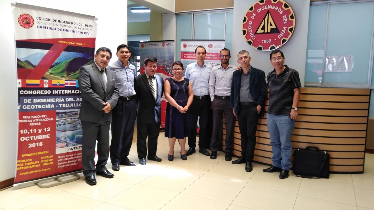 Coordinadora de Ing. Ambiental con grupo de participantes del congreso