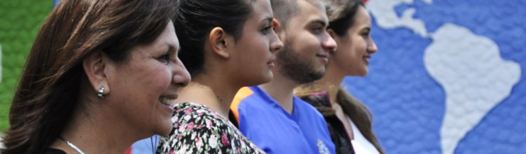 mujeres y hombres en fila.vista perfil