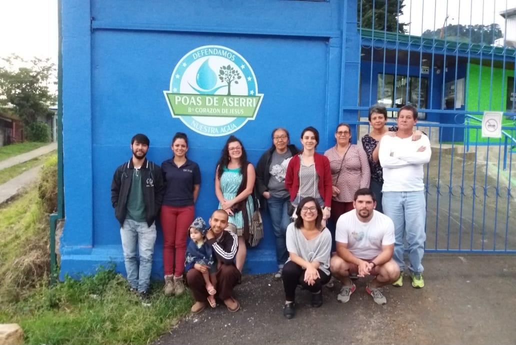 La profesora Claudia Chaves junto con el estudiante Steven Granados brindan asesoría de Biogás a los líderes comunales y vecinos de la ASADA de Poás y Barrio Corazón de Jesus de Aserrí.