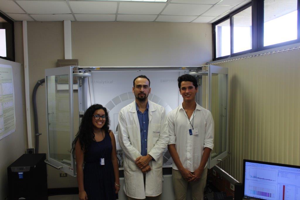 El Dr-Ing. Teodolito Guillén Jirón junto a los mejores promedios de admisión