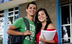 Dos jovenes sonriendo
