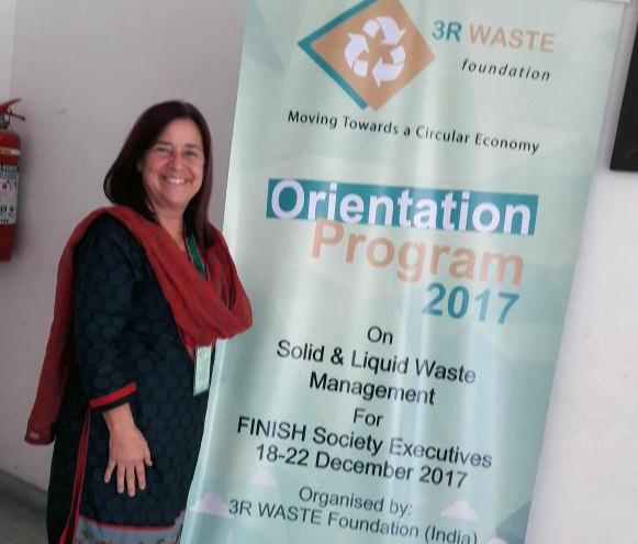 Lliliana Abarca posa frente al poster de la actividad de WASTE.