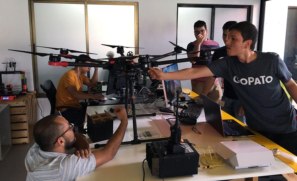 Ingenieros probando el dron.