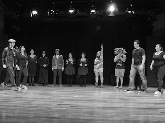 Los jóvenes saludan al público en el escenario.