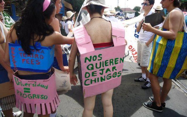 """Jóvenes con disfraces, uno de ellos dice """"Nos quieren dejar chingos""""."""