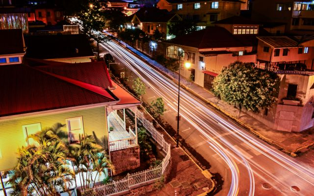 Imagen nocturna de la intersección entre avenida 9 y calle 7 de barrio Amón.