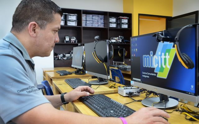 persona frente a una computadora