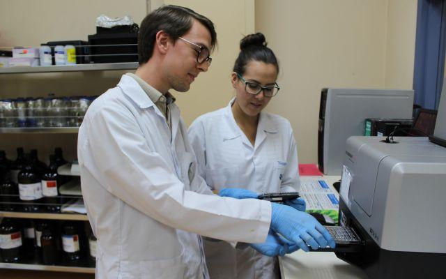 hombre y mujer en un laboratorio