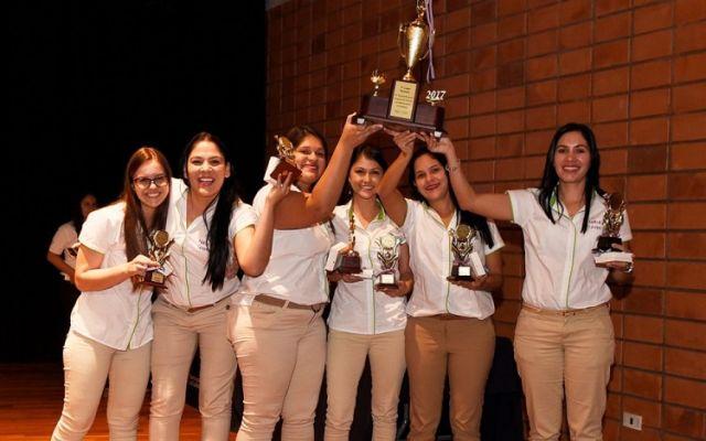 Imagen de seis mujeres ganadoras de la Feria de Técnicos de Administración del Empresas 2017. Ellas están levantando un trofeo.