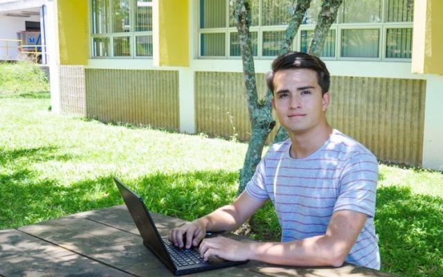 Estudiante galardonado por segunda vez consecutiva con premio a la excelencia académica