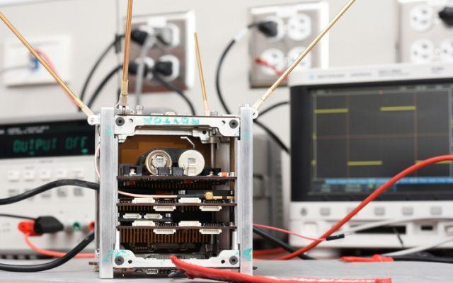 Estudiantes e investigadores del TEC trabajan para poner a punto los sistemas del primer satélite costarricense