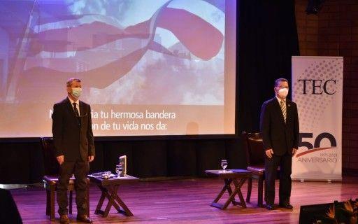 El rector Luis Paulino y el vicepresidente Marvin Rodríguez durante el canto del himno nacional.