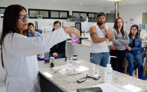Estudiantes en un laboratorio