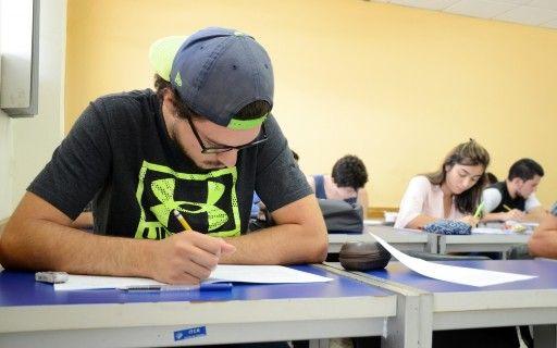 Estudiante en clase realizando un examen.