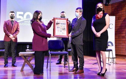 El rector Luis Paulino recibe un ejemplar a gran escala del billete de lotería alegórico al 50 aniversario del TEC.