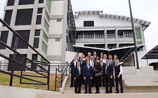 Dignatarios del Banco Mundial posan frente al nuevo edificio de Química.
