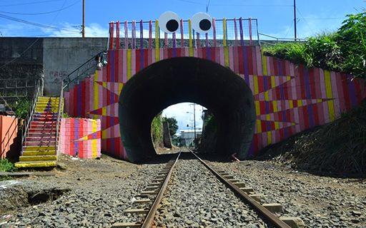 El túnel del tren fue pintado y se le colocaron ojos.