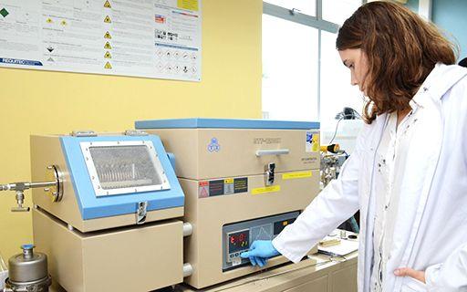Una joven realiza pruebas en el laboratorio.