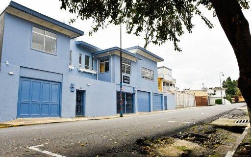 La casa Pacheco es un inmueble azul, de dos pisos.