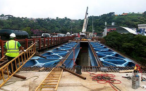 Un obrero contempla la estructura metálica del puente.