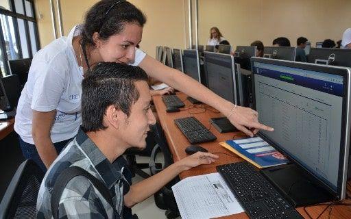 La fotografía muestra un estudiante realizando la prueba frente a una computadora