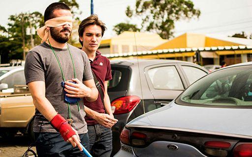 Dos jóvenes realizan pruebas del dispositivo en el parqueo.