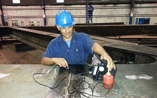 El investigador realiza pruebas en una pieza de metal de gran tamaño.