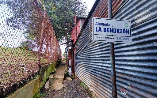 Rótulo que dice Alameda La Bendición, Erizo Juan Santamaría.