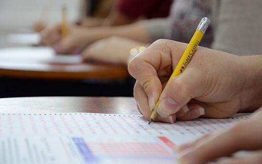 La mano de un joven aplicando el examen de admisión del TEC.