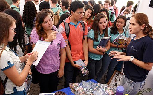 Estudiantes en la Feria Vocacional de 2016.