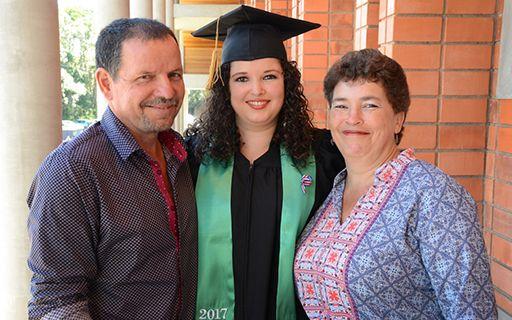 Gloriana Alpízar con su madre y padre.