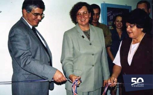 Cutting of the Intel inaugural ribbon in Costa Rica, with the TEC rector of that moment, Alejandro Cruz.