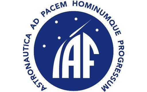 Logo de la Federación Internacional de Astronáutica. Es azul y la letra i simula un cohete.
