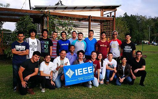 Los jóvenes del Capítulo Estudiantil posan en grupo con un manta que dice IEEE.