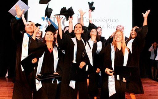 Jóvenes celebrando en su graduación.