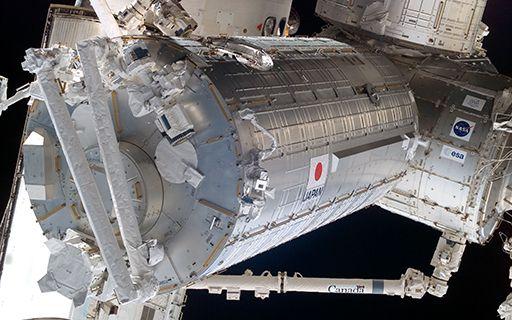 El módulo Kibo de la Estación Espacial Internacional. Un cilindro metálico.