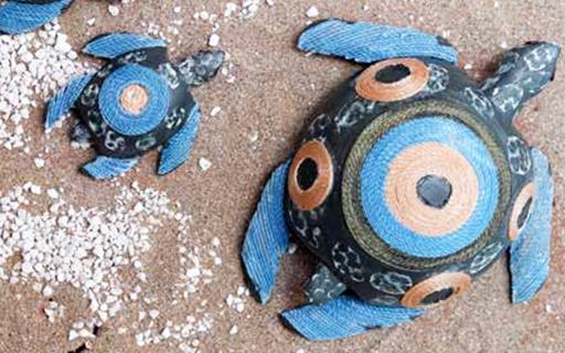 Artesanías con forma de tortugas marinas.