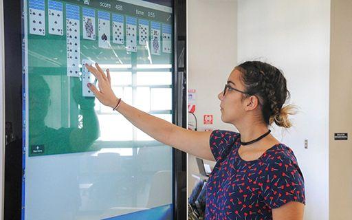 Una joven usa una de las pantallas interactivas.