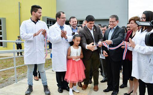 El presidente Carlos Alvarado y el Rector Julio Calvo en la inauguración.