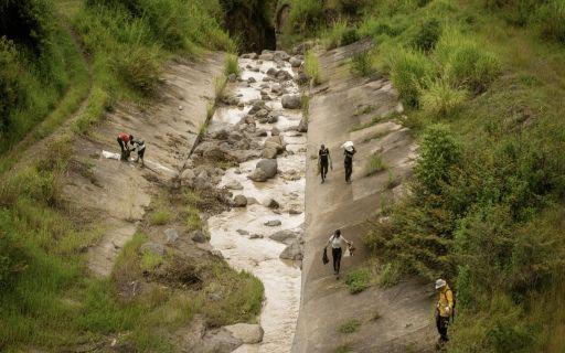 Personas recogiendo basura en el río Torres