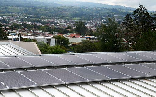 Se observan los nuevos paneles solares en el techo de la rectoría.