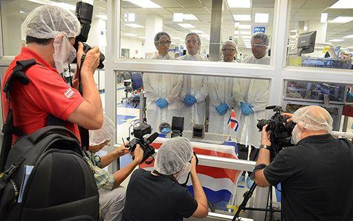 Fotógrafos frente al satélite y el grupo de investigadores que lo ensamblaron.