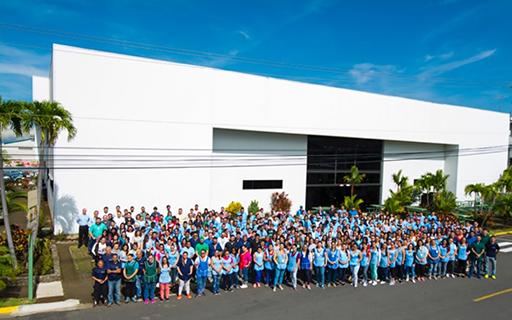 Trabajadores de Tico Electronics frente a la fábrica.