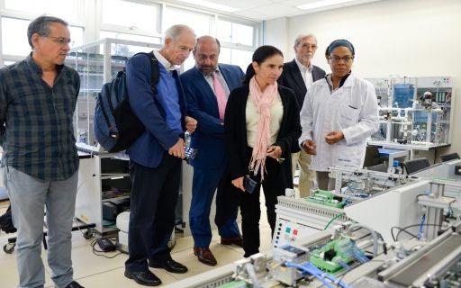 Representantes del Banco Mundial observan un laboratorio del Tecnológico