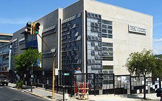 Edificio de aulas y biblioteca.