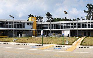 Edificio de dos niveles en forma de L.