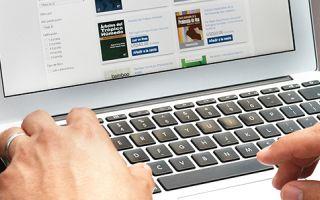 Hombre escribiendo en la computadora