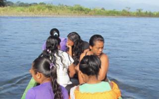 indígenas en bote sobre río telire